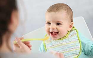 De eerste hapjes: ontdek onze tips voor babyvoeding!